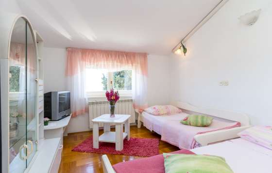bildergalerie pula 2 zi ferienwohnung meernixe 2 wohnen und schlafen. Black Bedroom Furniture Sets. Home Design Ideas