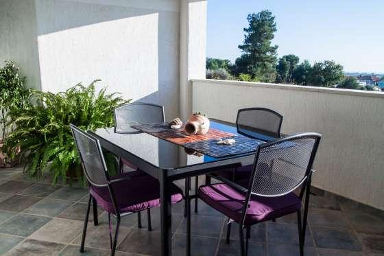 bildergalerie medulin 2 zi ferienwohnung marlene 4 mit pool sitzgruppe balkon. Black Bedroom Furniture Sets. Home Design Ideas
