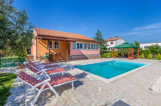 bildergalerie pula haus tommy 4 zi ferienhaus mit pool liegest hle am pool. Black Bedroom Furniture Sets. Home Design Ideas